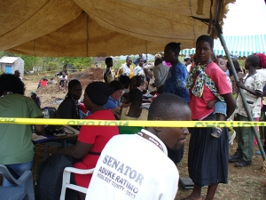 medical-camp-people-waiting2